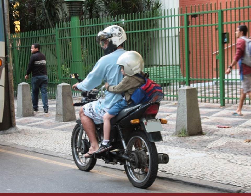 Multas - Transportar na garupa da moto criança menor de 7 anos: suspensão da CNH - Recorra Aqui Blog