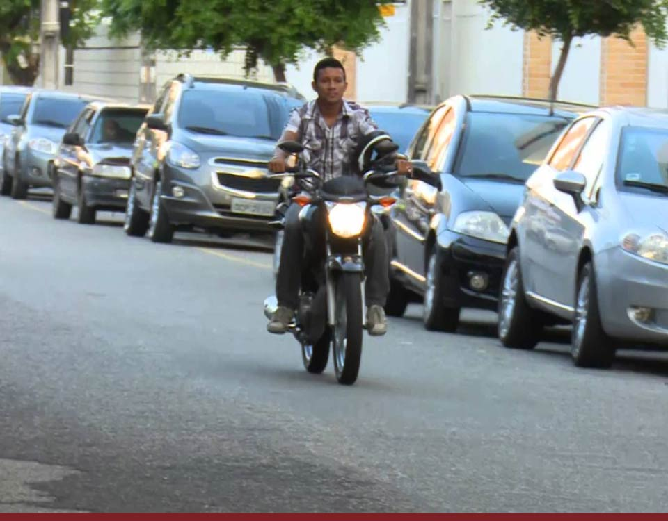 Multas - Dirigir moto sem capacete gera suspensão da CNH - Recorra Aqui Blog