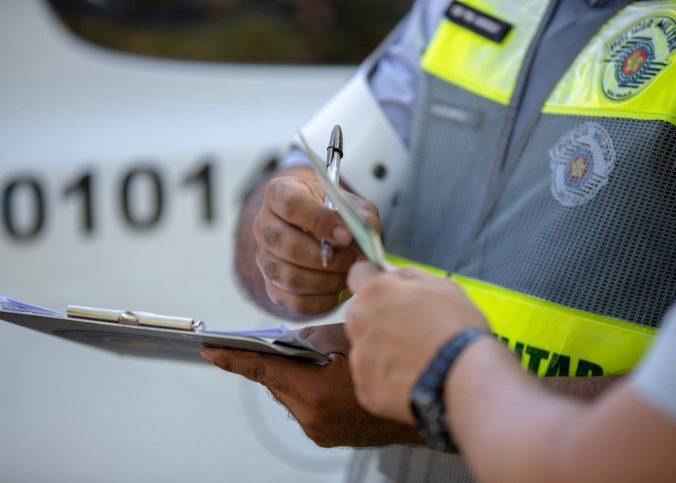 Notificação de multa de trânsito por via postal não exige aviso de recebimento